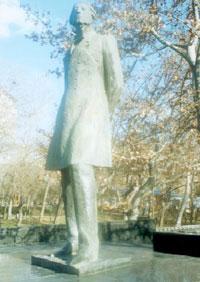 Памятник Микаэлю Налбандяну