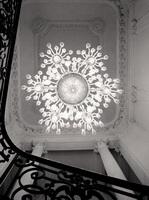 Люстра над парадной лестницей
